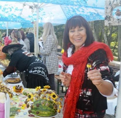 """""""Šeimininkių šeimininkės 2013"""" titulą pelniusi D. Kunčienė vaišino iš moliūgų padarytais ir šokoladu aplietais čiulpinukais."""