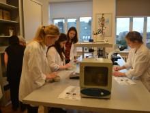 Patys gimnazistai pademonstravo laboratorinę įrangą.