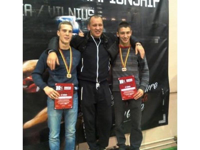 R. Remeika (centre) su medalius pelniusiais ugdytiniais E. Šemeta (kairėje) iš Palangos ir M. Mažeika iš Prienų.