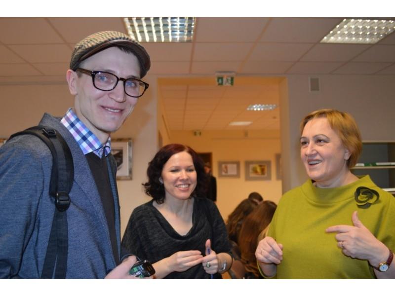 Rašytojas T. Dirgėla su savo lietuvių kalbos mokytoja J. Kalinauskiene (dešinėje).