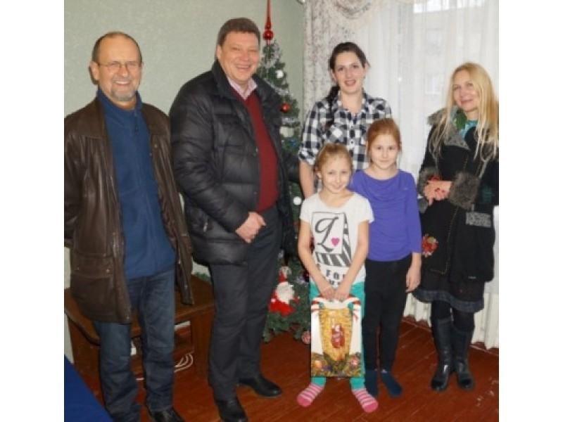 Kūčių išvakarėse Palangos Rotary klubas įteikė dovanų penkioms šeimoms.