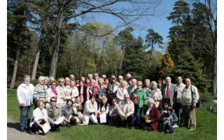 Studijų baigimo pažymėjimai įteikti Palangos botanikos parko medžių prieglobstyje...
