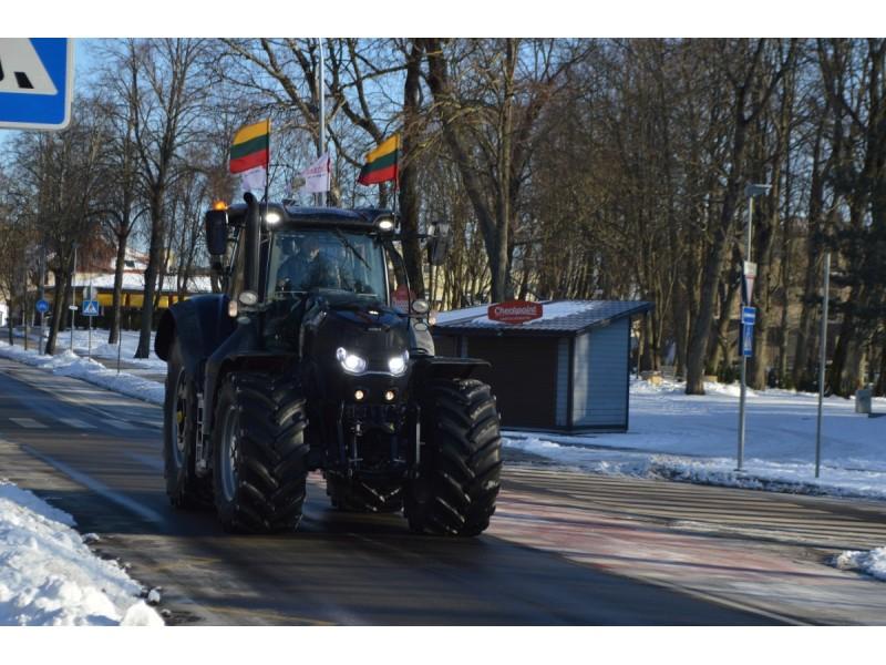 Trispalvėmis vėliavėlėmis pasipuošęs traktorius Palangos gatvėmis riedėjo antradienį priešpiet.