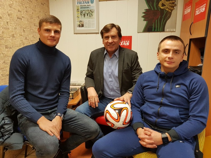 Iš kairės: Karolis Laukžemis, Palangos sporto centro futbolo treneris Arūnas Macius ir Mantas Perepliotovas