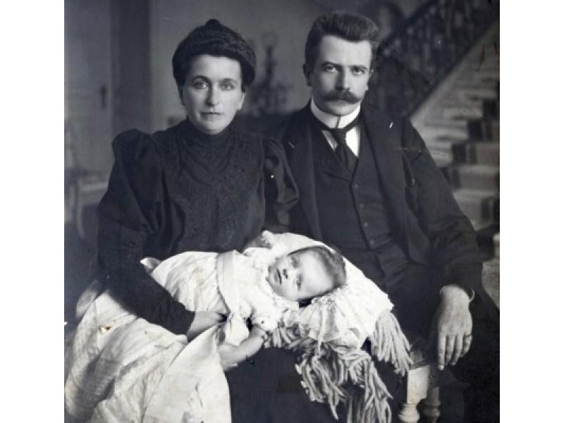 Grafai Antanina Sofija ir Feliksas Tiškevičius su kūdikiu. Fotografė Paulina Mongirdaitė, XX a. pr.
