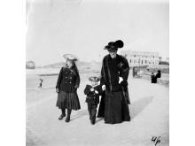Grafienė Antanina Sofija Tiškevičienė su vaikais užsienio kurorte. Nežinomas fotografas, XX a. pr.