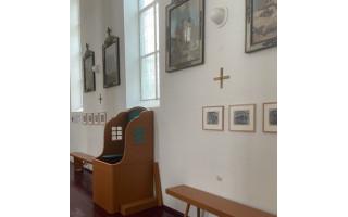 """Grūšlaukės bažnyčią papuošė skulptoriaus Antano Mončio sukurtos """"Kryžiaus kelio stotys"""", o biblioteką – autentiški parodų plakatai"""