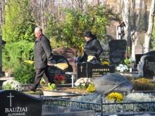 Kaip ir kasmet prieš lapkričio pirmąją, tie, kieno artimieji amžino poilsio atsigulė Palangos senosiose ir šalia esančiose naujosiose kapinėse skuba sutvarkyti šeimos kapavietes.