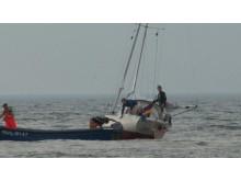 Pasak žvejų, jachta gal ir būtų prasmukusi į uostą, jeigu įplaukos kanale būtų pataikiusi į siaurą kiek gilesnį farvaterį, kuriuo išplaukia patys žvejai./ Delfi nuotr.