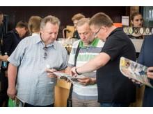 Žurnale ieškojo savęs ir pažįstamų veidų aktyvus politikas Dainius Želvys, Senosios gimnazijos direktorius Leonas Šidlauskas ir meras Šarūnas Vaitkus.