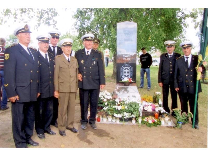 Palangiškiai šauliai prie paminklo V. Montvydui – Žemaičiui.
