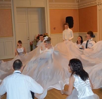 """Renginį atidarė bendras neįgaliųjų ir šokių kolektyvo """"Vėtrungė"""" šokėjų pasirodymas."""