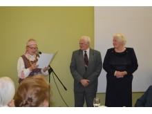 LPKTS Klaipėdos apskrities koordinatorius M. Endziulaitis padėkos raštą teikia pirmajai Palangos filialo pirmininkei V. Galdikienei.