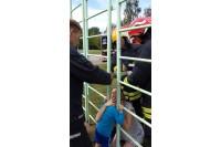 Vaikas negalėjo ištraukti tarp grotų įkištos galvos