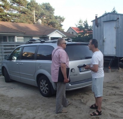 Verslininkas S. Valunta (dešinėje) už savo kiemo tvoros piktai kalbėjosi su Viešosios tvarkos skyriaus vedėju P. Keiniu