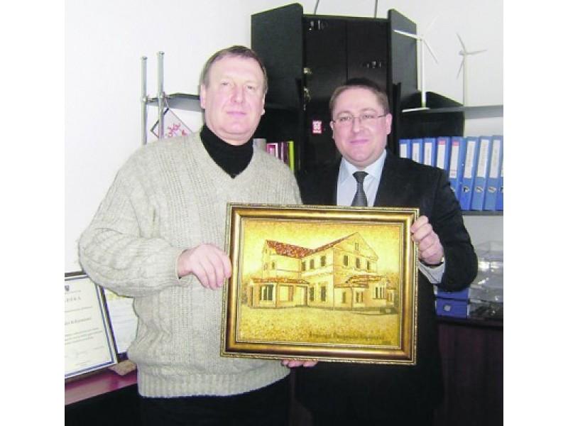 Paveikslo autorius tautodailininkas A. Bukauskas su meru Š. Vaitkumi.