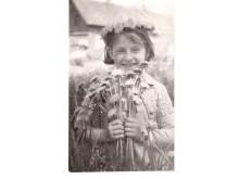 E. Kurapkaitė.  Mergaitė su gėlėmis.