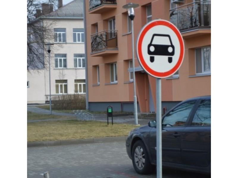 Nesustabdo pašalinių nei įvažiuoti draudžiantis ženklas.