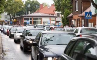 """Į Palangą vasarą plūstelėjus dėl """"kovido"""" atostogų užsienyje vengiantiems tautiečiams, miestas surinko rekordiškai daug automobilių statymo rinkliavos"""