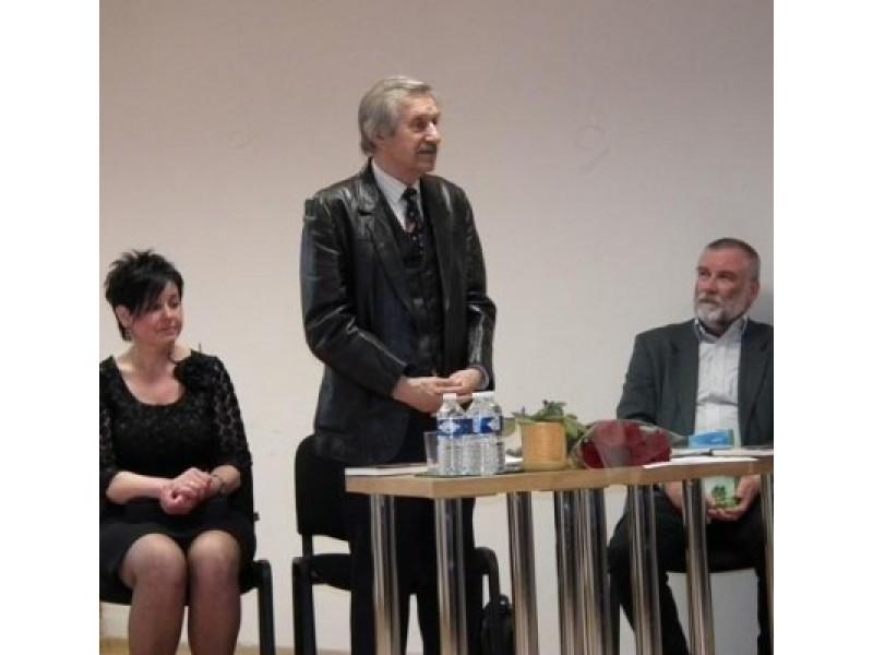 J. Brazdžionį (centre) ir jo kūrybą pristatė buvusi jo kolegė mokytoja R. Paulikienė ir buvęs mokinys bibliotekos direktorius K. Rudys.