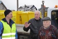 Komunalininkai išvežioja namų savininkams antrinėms atliekoms rūšiuoti konteinerius