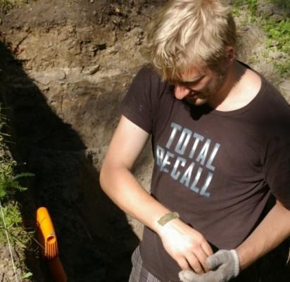 Šurfe 11 archeologai rado pusę žalvarinės išgaubto pjūvio ornamentuotos apyrankės. V. Janušonio nuotr.