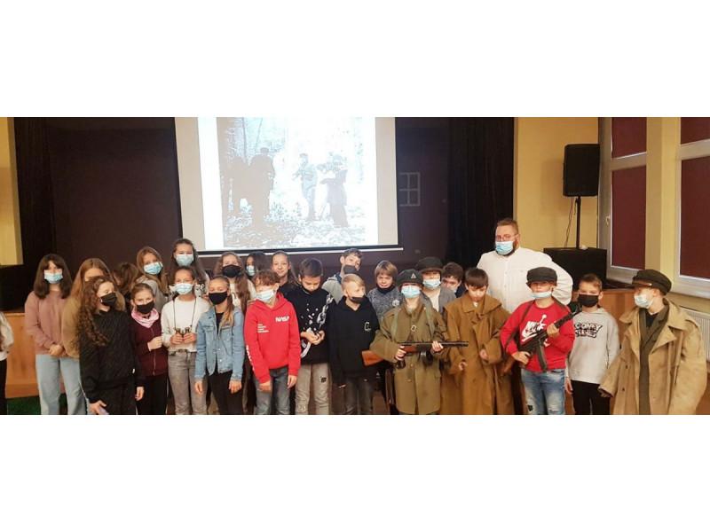 """""""Baltijos"""" pagrindinės mokyklos penktokai dalyvavo edukacijoje """"Miško brolių takais"""""""