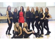 Visa šokių komanda, trečia iš kairės Viktorija.