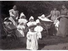 Grafų vaikai su auklėmis Tiškevičių dvaro parke. Nežinomas fotografas, XX a. pr.