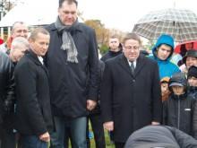 N. Jaruševičius, A. Sabonis ir Š. Vaitkus stebi kaip įmūrijama statybos darbų pradžią ženklinanti kapsulė.