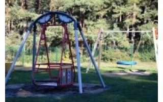 Palangos vaikų parkas praturtintas neįgaliesiems skirtomis sūpynėmis