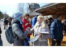 Mero patarėja K.Kubeldzienė žygį įveikusiems jo dalyviams įteikė padėkas. / Palangos kultūros centro nuotr.