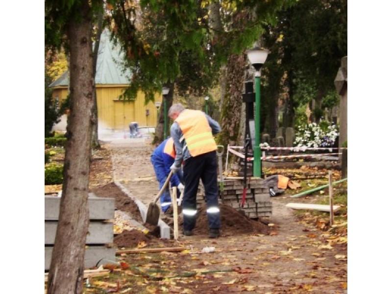 Palangos kapinėse atnaujinami bei naujai klojami takai