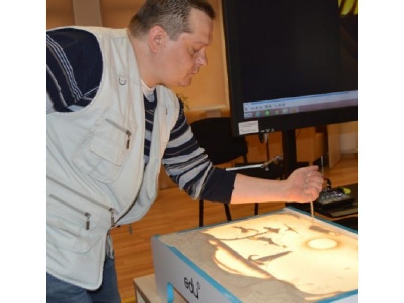 Užimtumo specialistas Dovydas Lukaitis rodė, kaip reikia piešti.