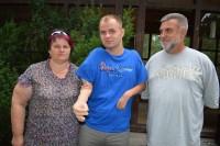 Vilties ambasadorius Martynas Girulis Palangoje pirmąkart sveikinosi paduodamas mintimis valdomą ranką