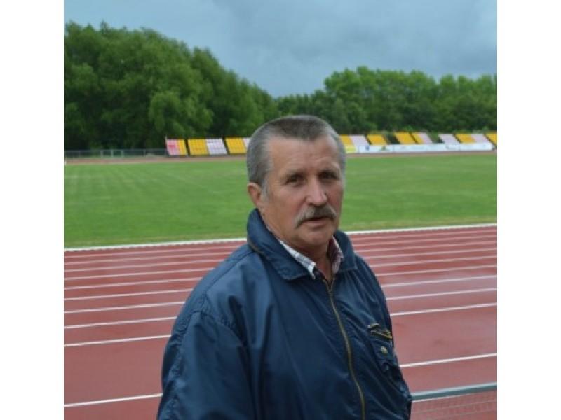 Iš Palangos sporto centro išeinantis direktorius Romaldas Kazlauskas.