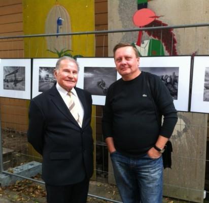 Į V. Janušonio (dešinėje) parodos pristatymą atėjo ir buvęs fotomenininko mokytojas A. Želvys.