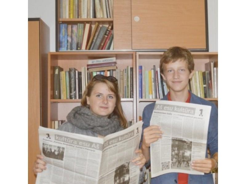 """Ž. Mitkaus ir O. Labžentytės rankose – pirmasis laikraščio """"Aš esu kultūra"""" numeris."""
