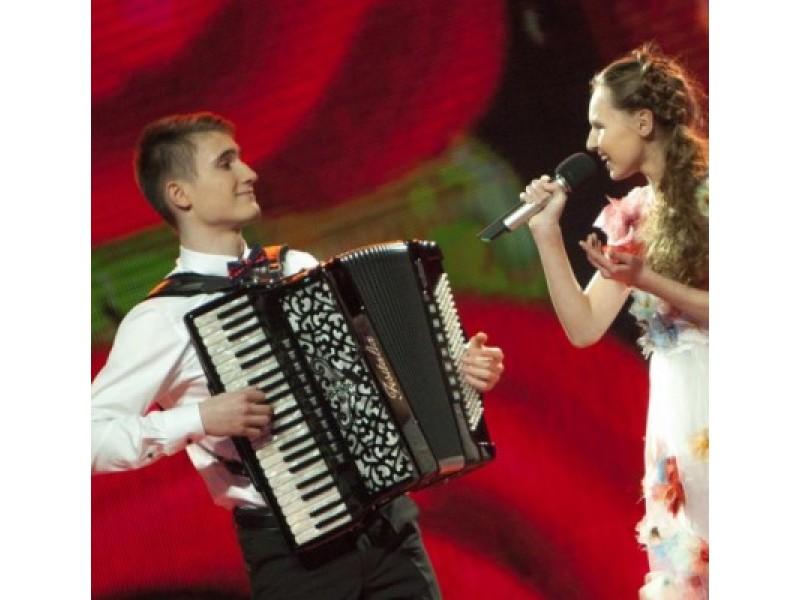 Išsipildė Justės svajonė dainuoti grojant simfoniniam orkestrui. Jai talkino akordeono virtuozas Algirdas Benetis.