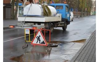 Vanduo iš vandentiekio linijos buvo išleidžiamas dėl Žvejų ir Vytauto gatvių sankryžos remonto bei vandentiekio kameros rekonstrukcijos.