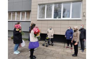 """Per gerumo akciją """"Padovanok gėlę mamai iš senelių namų"""" gėlių ir dovanėlių sulaukė 40 Palangos senelių (FOTO SESIJA)"""