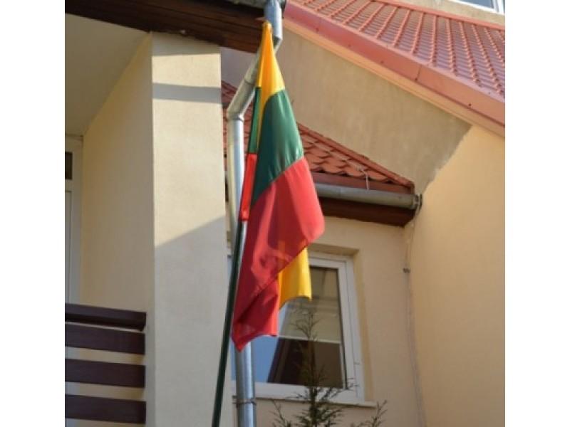 Toli gražu ne prie visų Palangos pastatų vasario 16 d. buvo iškeltos Trispalvės.
