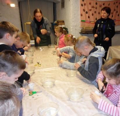 Šventosios pradinukai Mažosios Lietuvos Istorijos muziejuje mokėsi lieti žvakes.