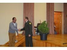 Vasarą susibūrusios Šventosios bendruomenės pirmininkui V. Skudikiui – žalia girininko E. Japerto dovana.