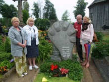 L. Turauskaitė, G. Blekaitienė, A. Paliulis ir K. Masiulytė - Paliulienė  prie A. Mončio kapo Grūšlaukės kapinaitėse.