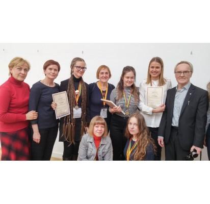 Jaunųjų filologų konkurso laureatai, jų mokytojai ir konkurso komisijos pirmininkas doc. dr. Regimantas Tamošaitis. Kartu su jais Vlado Jurgučio pagrindinės mokyklos mokinė Mūza Olimpija Svetickaitė, kurios poezija buvo įvertinta II laipsnio diplomu.