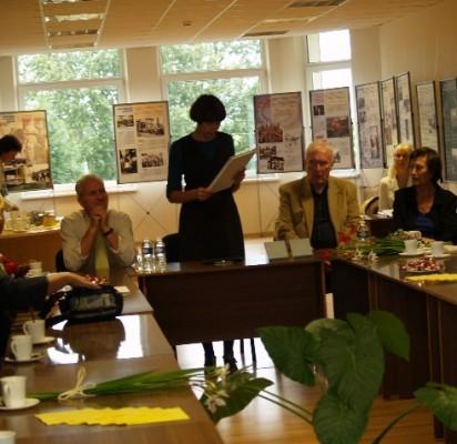A. Banevičienė pristatė knygos leidėją (iš kairės) A.Naruševičių ir iliustracijų autorius R.Malecką ir D.Maleckienę.