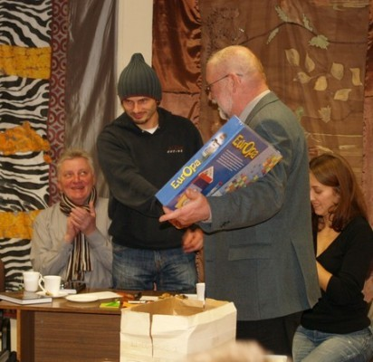 """Pagrindinį prizą – stalo žaidimą """"Europa"""" – K.Rudys įteikė """"Rakūnų"""" komandai."""