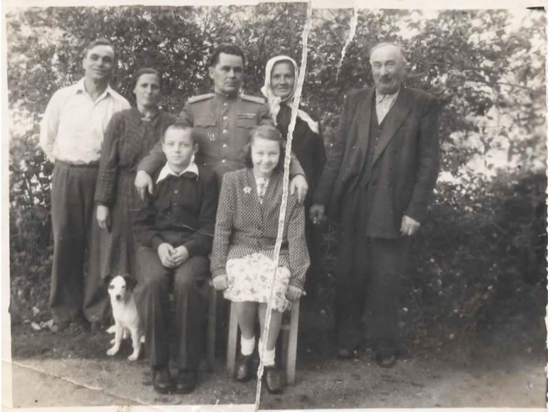 Išsiskyrimo momentas:iš kairės į dešinę stovi K.Paulauskas, A.Paulauskienė,vaikų tėvas,J.Meškienė,S.Meškys. Viduryje-Elena Paulauskaitė ir Justinas Meškys