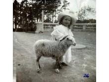 Grafaitė Tiškevičiūtė su ėriuku Velykų rytą rūmų terasoje. Nežinomas fotografas, XX a. pr.